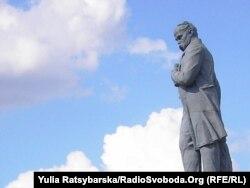 Пам'ятник Шевченкові до демонтажу, фото 2011 року