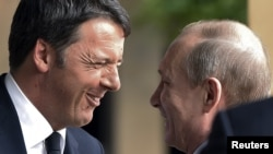 Премьер-министр Италии Маттео Ренци (слева) и президент России Владимир Путин в Милане, 10 июня 2015 года.