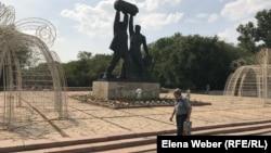 У памятника шахтерам в Караганде. 29 июля 2019 года.
