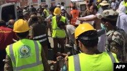 Рятувальники надають допомогу постраждалим у тисняві, 24 вересня 2015 року