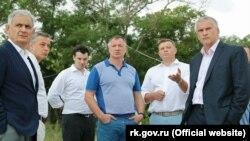 Марат Хуснуллин (в центре), Евгений Кабанов и Сергей Аксенов (справа) в Евпатории, 27 июля 2020 года