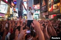 Протестувальники висловлюють своє невдоволення виправдальним вироком суду щодо Джорджа Зіммермана, Нью-Йорк, 14 липня 2013 року