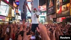 Proteste la New York împotriva achitării lui George Zimmerman. Cazul a provocat proteste de stradă, în mai multe oraşe americane, la care au participat mii de oameni, şi critici din partea organizaţiilor pentru drepturile omului.