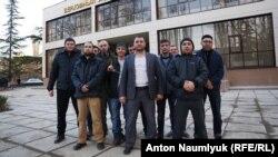 Адвокат Эдем Семедляев (в центре) и крымскотатарские активисты под зданием подконтрольного России Верховного суда Крыма. Симферополь, 28 февраля 2017 года