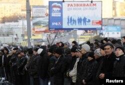 Мусульмане собрались на молитву в первый день Курбан-байрама у мечети на пр. Мира, Москва, 2011 год