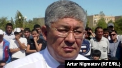 Крымбек Кушербаев в бытность акимом Мангистауской области на встрече с бастующими нефтяниками до трагических событий декабря 2011 года. Жанаозен, 1 сентября 2011 года.
