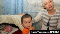 Дочь погибшего от пыток Базарбая Кенжебаева, Жадыра Кенжебаева, со своей двухлетней дочерью Аружан и грудной дочерью Айсуной. Поселок Кызылсай Мангистауской области. 14 февраля 2012 года.