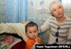 Дочь погибшего от пыток Базарбая Кенжебаева - Жадыра Кенжебаева с сыном и грудной дочерью Айсуной. Поселок Кызылсай. 14 февраля 2012 года.