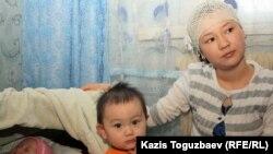 Дочь Базарбая Кенжебаева - Жадыра Кенжебаева со своими детьми. Поселок Кызылсай Мангистауской области. 14 февраля 2012 года.