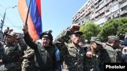 Группа людей в военной форме присоединилась к протестующим. Ереван, 23 апреля 2018 года