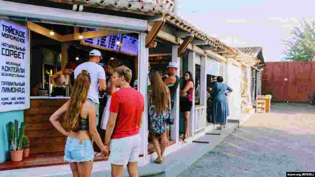 Turistler dondurma ve içimlikler nevbetinde