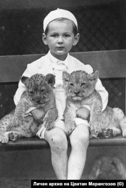 6-годишният Цветан Марангозов в зоологическата градина в Берлин през 1939 г.