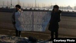 Семей тұрғындары Гүлбаршын Бақтыбаева мен Рысқайша Керкімбаева (сол жақта) наразылық акциясында тұр. Астана, 2 ақпан 2015 жыл.