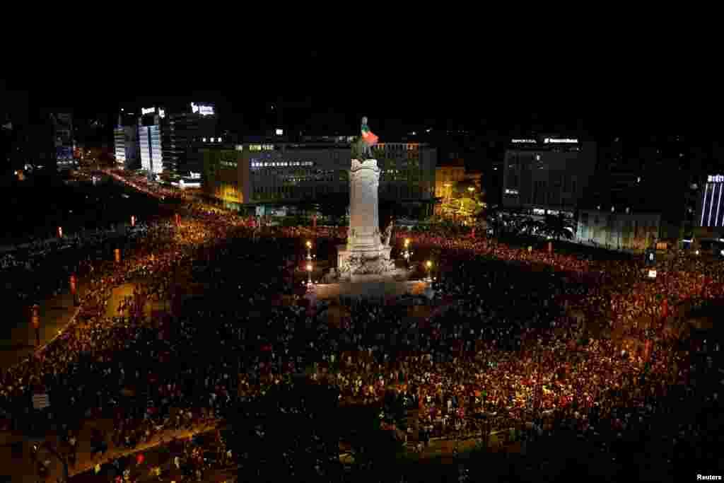 Оставшиеся в Португалии фанаты сборной смотрели прямую трансляцию матча на одной из главных площадей Лиссабона