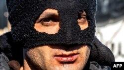 یکی از پناهجویان ایرانی در اردوگاه شهر کاله