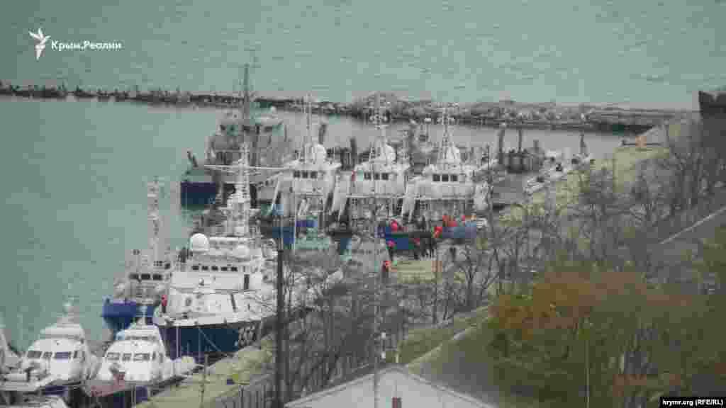 Уранці захоплені українські військові катери «Бердянськ» і «Нікополь», які перебували в акваторії порту «Генмол» у Керчі, почали готувати до відправки. На катерах і на березі перебували люди в помаранчевих жилетах