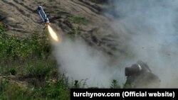 Український військовослужбовець стріляє з ПТРК Javelin