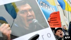 На Європейській площі учасники автомобільного маршу протесту вимагають відставки уряду Азарова, Київ, 25 березня 2011 року