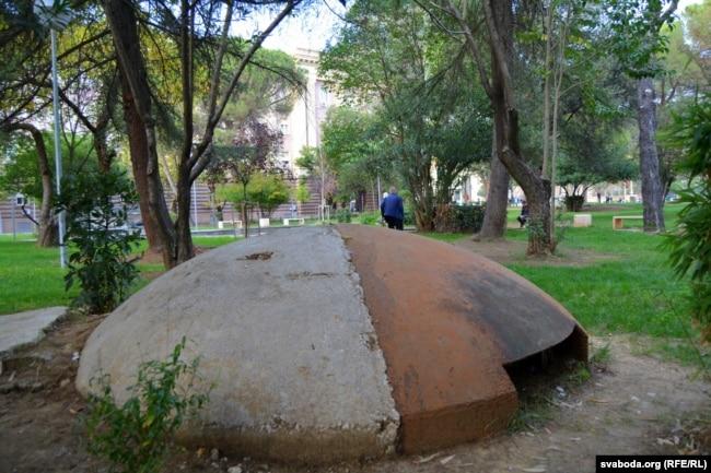 Бункер кулямётчыка ў цэнтры Тыраны