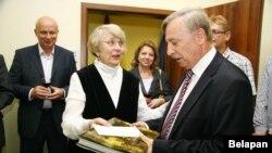 Галіна Сіўчык уручае кнігу ў падарунак паслу Вугоршчыны Фэрэнцу Контру.