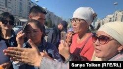 Матери, прибывшие в столицу из разных районов страны, проводят акцию протеста на площади вблизи резиденции президента Казахстана. Нур-Султан, 19 сентября 2019 года.