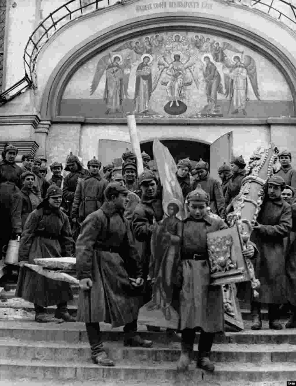 Communists in budyonovkas loot a Moscow monastery in 1923. The caps were used mostly through Russia's winter months, but the budyonovka's relatively thin felt was proving insufficiently warm for hard frosts.