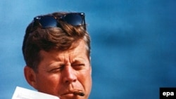 Джон Кеннеди был первым американским президентом, кто перестал появляться на публике в головном уборе