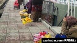 Aşgabat şäheriniň köçelerinde ownuk söwda edip oturan hususy söwdegärler. Aşgabat, ýanwar, 2012.