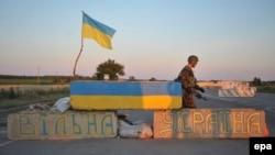 Луганск маңындағы «Айдар» еріктілер батальоны сарбаздары бақылауындағы өткізу бекеті. 29 маусым 2014 жыл.