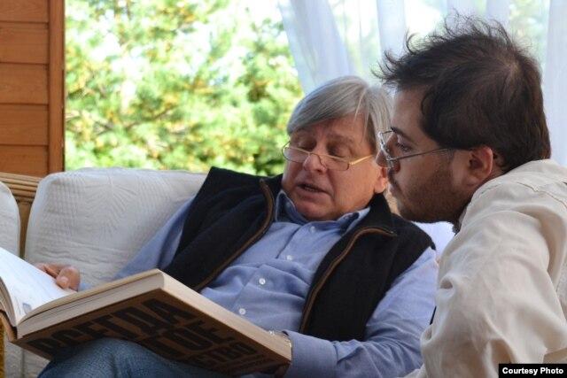 Виктор Бондаренко рассказывает Алеку Д. Эпштейну об инициированных им художественных проектах, 17 сентября 2012 г. Фото Андрея Насонова