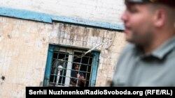Ув'язнений визирає з вікна одного з корпусів Київського слідчого ізолятора