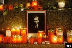 Зажженные свечи в центре Праги в память о Вацлаве Гавеле в годовщину его смерти. 18 декабря 2012 года