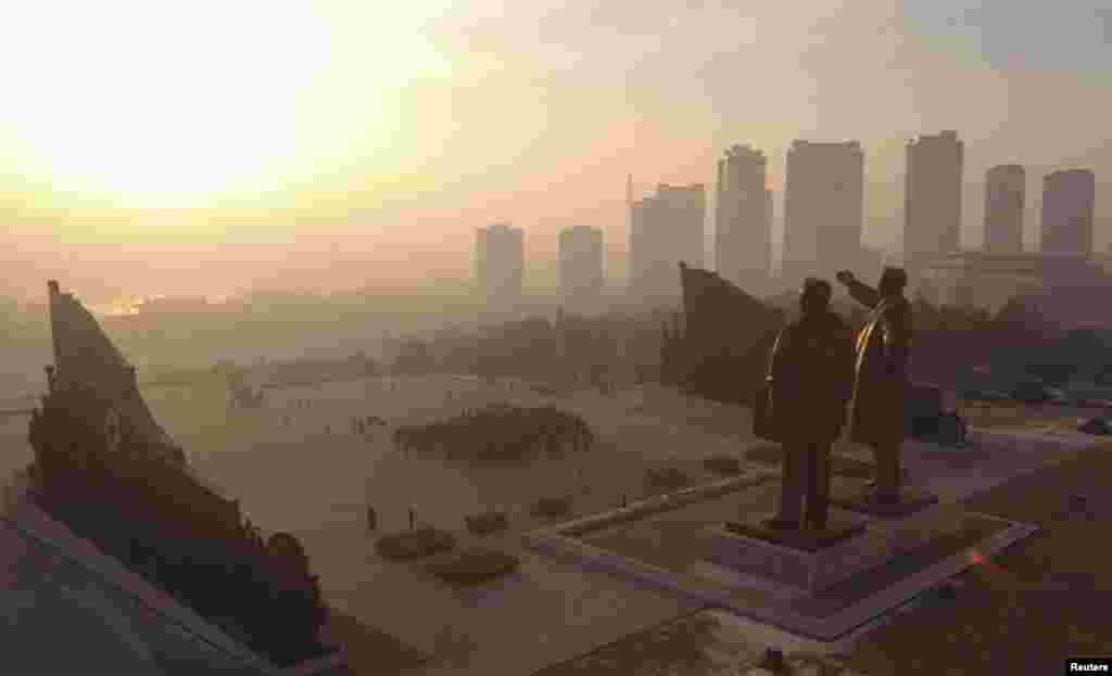 Памятники двум предыдущими лидерам Северной Кореи - Ким Ир Сену и Ким Чен Иру - возвышаются над городом, облик которого меняется. Но политических перемен в Пхеньяне ждать пока не приходится.