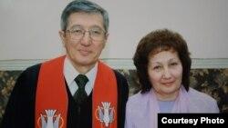 Пастор Бақытжан Қашқымбаев әйелі Альфиямен.