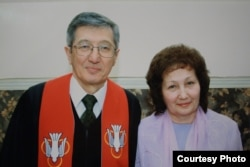 Пастор Бақытжан Қашқымбаев әйелі Әлфиямен бірге отыр. Отбасылық сурет.