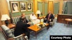 Kryeministri i Kosovës, Hashim Thaçi, i shoqëruar nga zëvendëskryeministri Behxhet Pacolli, gjatë takimit me drejtorin e Bankës Islame për Zhvillim, Ahmed Muhamed Ali.