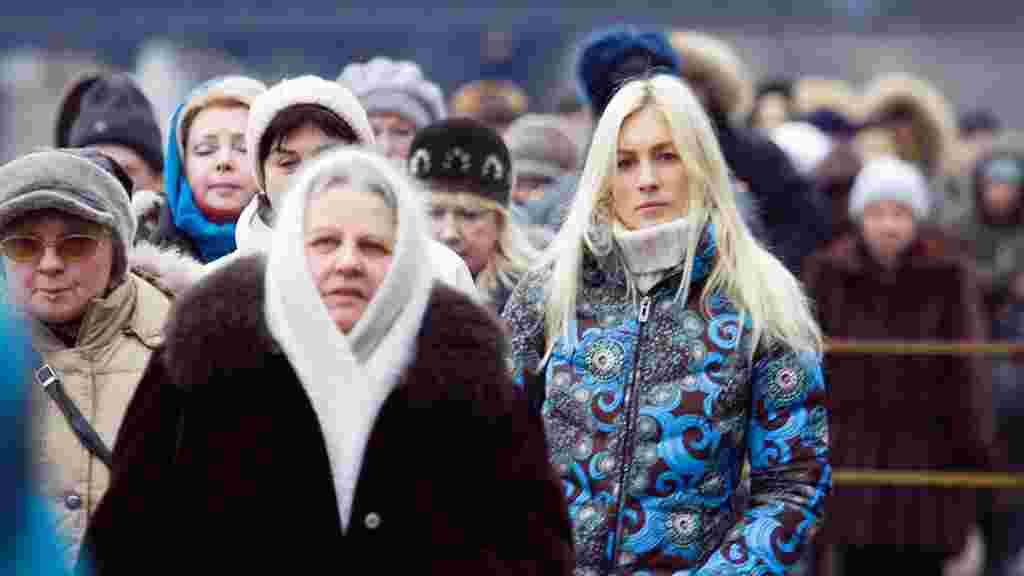 Паломники из разных городов России, по их словам, с радостью переносят тяготы дороги к святыне.