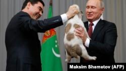 Владимир Путин увидев, что Верному не очень комфортно подхватил его из рук Гурбангулы Бердымухамедова.