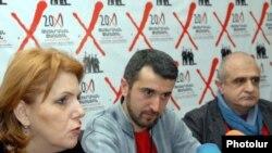 Մշակույթի նախարար Հասմիկ Պողոսյանը, «Թատրոն X» փառատոնի տնօրեն Արա Խզմալյանը եւ գեղարվեստական ղեկավար Ռուբեն Բաբայանը ասուլիսի ժամանակ: 21-ը մարտի, 2011թ.