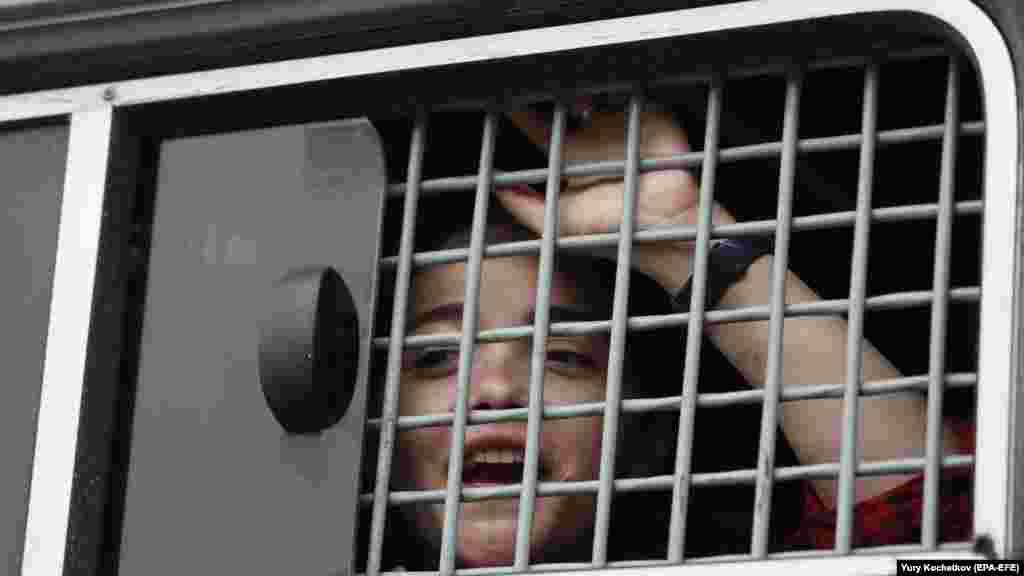 ОВД-инфо сообщало, что задержанных отвезли как минимум в семь отделов полиции