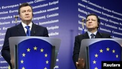 Віктар Януковіч і Жазэ-Мануэль Барозу, архіўнае фота