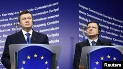 Президент Украины Виктор Янукович (слева) и президент Еврокомиссии Жозе Мануэлем Баррозу