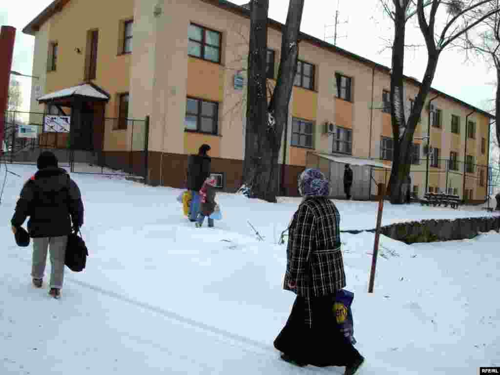Казахские беженцы подходят к приемному центру лагеря беженцев. Вышни Лхоты, 1 февраля 2009 года. - Казахские беженцы-салафиты подходят в приемный центр чешского лагеря для беженцев. Вышни Лхоты, 1 февраля 2009 года.