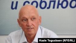 Оппозициялық саясаткер Владимир Козлов баспасөз жиынында отыр. Алматы, 22 тамыз 2016 жыл.