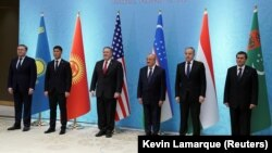 АКШнын мамлекеттик катчысы Майк Помпео Борбор Азиянын беш өлкөсүнүн тышкы иштер министрлери менен Ташкентте. 3-февраль, 2020-жыл.