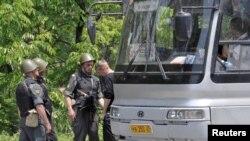 Міліцыянты правяраюць пасажыраў аўтобусу
