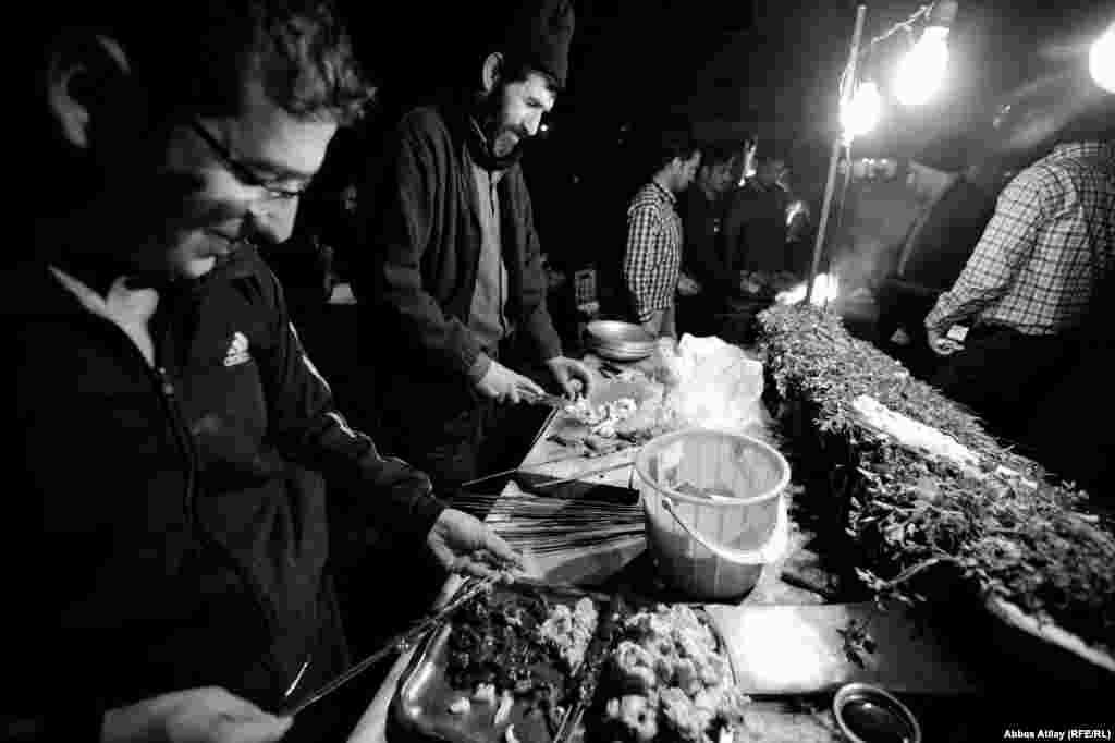 """Onların restoran kababçılarından fərqi ondadır ki, """"küçə kababçıları"""" yalnız gün batandan sonra fəaliyyətə başalayır və buna görə dövlətə vergi ödəmirlər."""