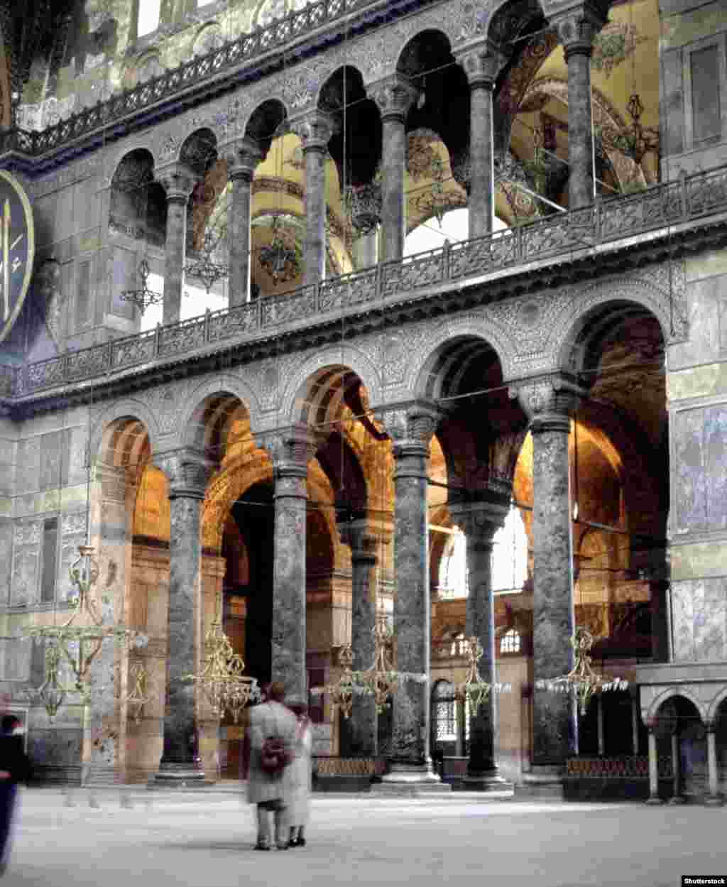 Внутри Айя-Софии.  Согласнонедавнему опросу, 73 процента населения Турции поддерживают возвращение Айя-Софии статуса мечети.