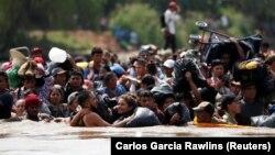 Ілюстрацыйнае фота. Мігранты перасякаюць мяжу Гватэмалы з Мэксыкай, накіроўваючыся ў ЗША. 29 кастрычніка 2018 году