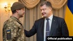 Встреча президента Украины Петра Порошенко и освобожденного украинского военнослужащего Андрея Гречанова.
